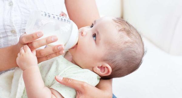 هل الرضاعه الطبيعيه مع الصناعيه تضر الطفل